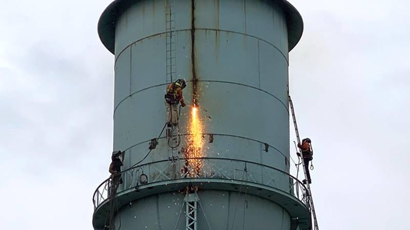 Crews take down Heuvelton's 1924 water tower.